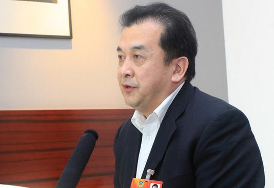 黄宏被免职后遭记者围堵 微笑拒访