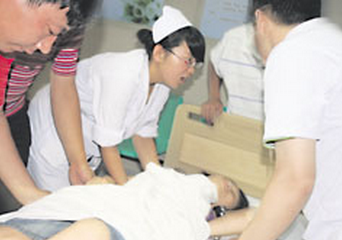 女子术后遭男护工多次摸胸 护工称帮塞被子
