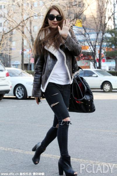 南智贤深棕色外套配破洞翻边窄腿裤时尚抢眼