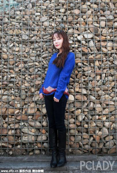 尹素怡宝蓝色菱纹图案毛衣气质尽显