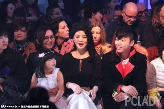 王诗龄同妈妈一起在头牌看秀