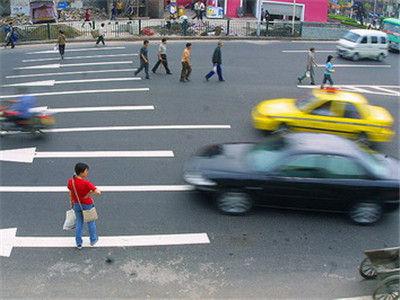 男子红灯时横穿马路 躲过一辆车还是被撞飞
