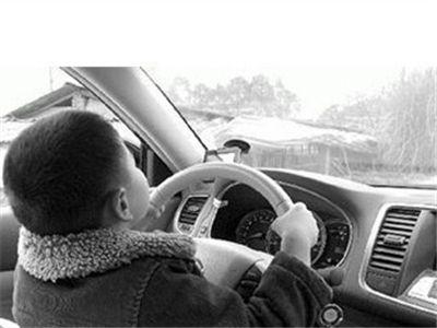 广东佛山12岁男童开车买奶茶 邀人上车体验