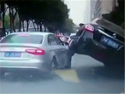 """司机因旁车抢道 车前轮""""骑""""其引擎盖"""