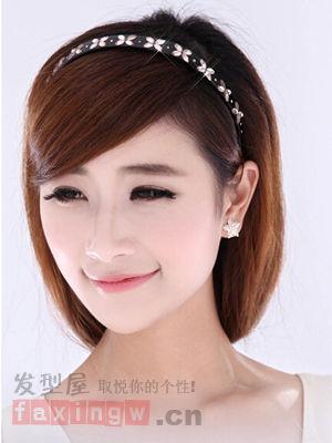 款斜刘海的短发发型,搭配甜美白皙的笑脸,清甜气质瞬间up,简单的发箍