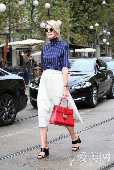 深蓝色条纹高领上装+白色过膝裙+黑色粗跟鞋+红色挎包