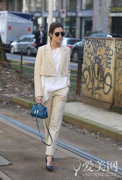 白色短袖+裸色短外套+裸色西裤+黑色尖头鞋+深蓝色小手包