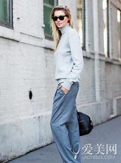 浅灰色毛衣+灰色西裤+黑色挎包