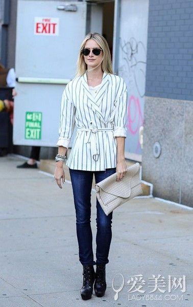 白色V领内搭+黑白条纹系带外套+牛仔裤+黑色短靴+裸色手包