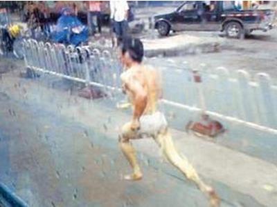 小偷入室行窃被发现 为成功逃跑脱衣裸奔