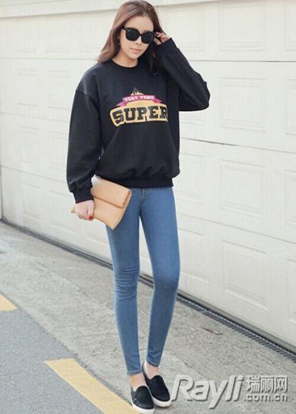 字母卫衣搭配紧身牛仔裤
