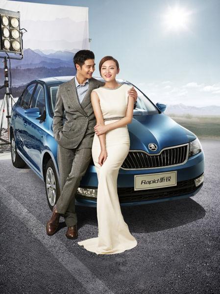 田亮:灰色西装、灰色西裤、蓝色衬衫(Louis Vuitton);叶一茜:镶嵌钻石白色长裙(Gucci)