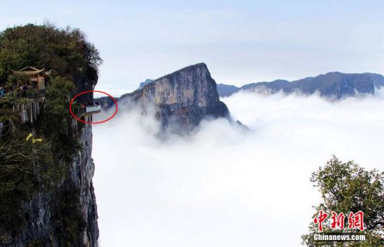 旅游 正文    3月30日,湖南张家界天门山出现壮观云海,在玻璃栈道下方