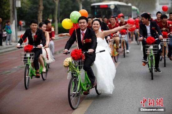 90后小伙騎公共自行車迎娶新娘