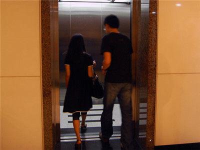 男子电梯内性骚扰90后 称为了对方提升美感