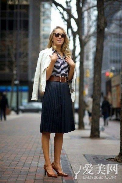 示范搭配:条纹衬衫+黑色百褶裙+褐色腰带+褐色高跟鞋+白色外套