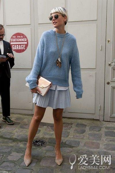 示范搭配:白衬衫+浅蓝色针织衫+浅蓝色百褶裙+裸色平底鞋+金色手包