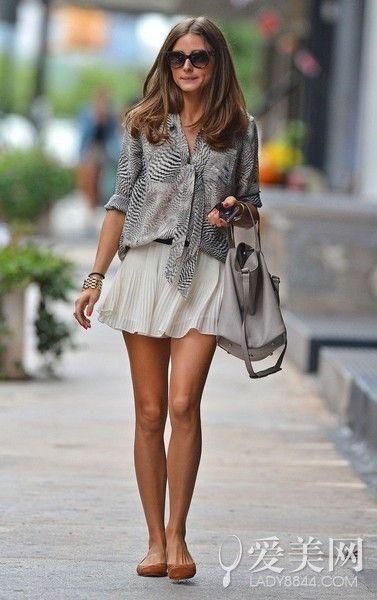 示范搭配:灰色动物纹衬衫+白色百褶裙+褐色平底鞋+灰色挎包
