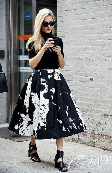 示范搭配:黑色高领内搭+黑色印花百褶裙+黑色低跟鞋