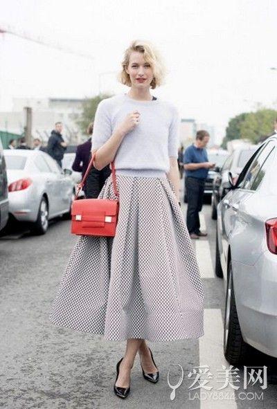 示范搭配:白色针织衫+白色格子百褶裙+黑色高跟鞋+橘色挎包