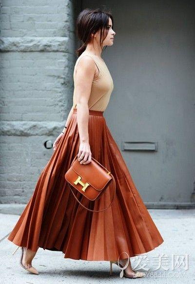 示范搭配:裸色内搭+褐色百褶裙+褐色挎包+裸色高跟鞋
