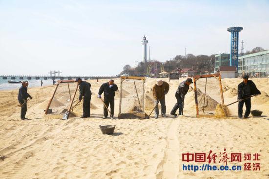 连日来,河北秦皇岛海港区旅游局组织沙滩保洁员对东山浴场沙滩进行过