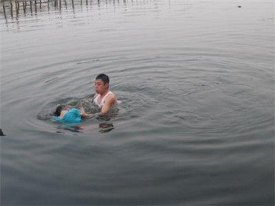 为救落水女儿 家人盲目营救使一家7口均溺亡