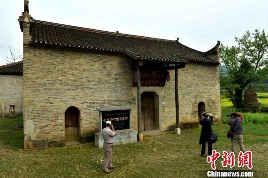 图为长岗岭村古建筑吸引游人。 唐梦宪 摄
