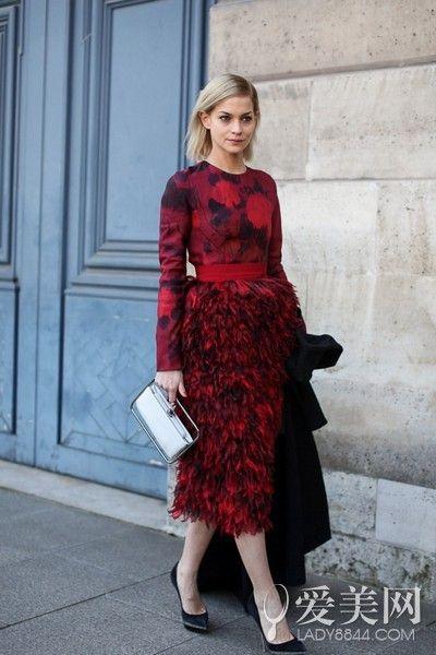 示范搭配:红色印花连衣裙+黑色尖头高跟鞋+银色金属杆手拿包