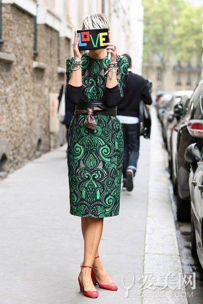 示范搭配:绿色印花连衣裙+红色低跟鞋+字母手拿包