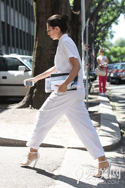 示范搭配:白色衬衫+白色长裤+白色一字凉鞋+透明手拿包