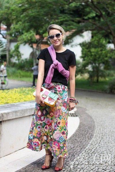 示范搭配:黑色T恤+印花长裙+印花高跟鞋+涂鸦手拿包