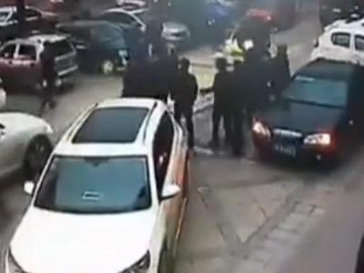 豪车撞飞保安