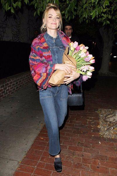 孕妈可以这样穿!杰米·金手捧郁金香与老公Kyle Newman在西好莱坞外出。