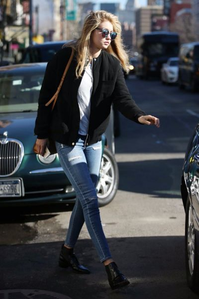 穿什么都洋气!紧身牛仔裤勾勒美腿线条,吉吉·哈迪德戴墨镜在纽约外出。