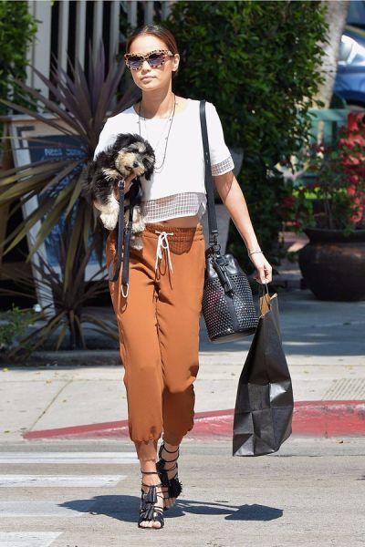 当地时间3月22日,韩裔阳光美妞杰米·钟 (Jamie Chung) 穿收脚裤抱爱犬在西好莱坞外出。