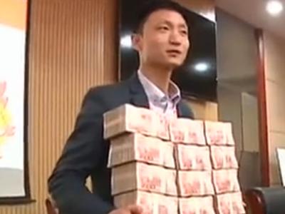 土豪老板奖励员工千万现金 获奖者抱钱开心