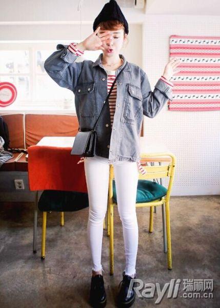 条纹T恤搭配白色紧身裤