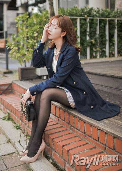 蓝黑色风衣搭配半身裙