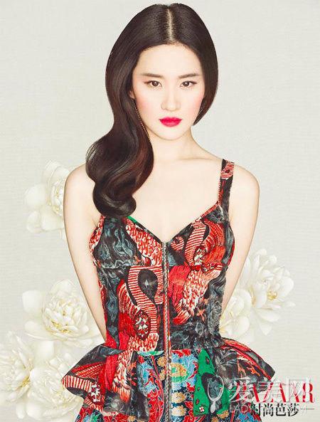 刘亦菲同样驾驭得了吊带裙