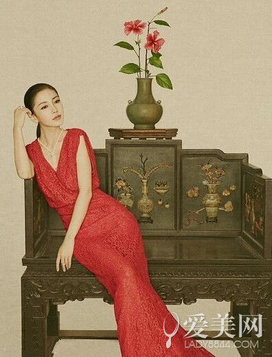 杨颖一袭红色长裙