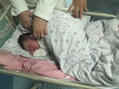 流浪女子绿化带产下婴儿 神志不清拒绝帮助
