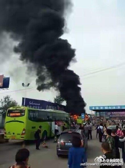 燕郊814路公交起火 目击者:有男子在车上点燃油