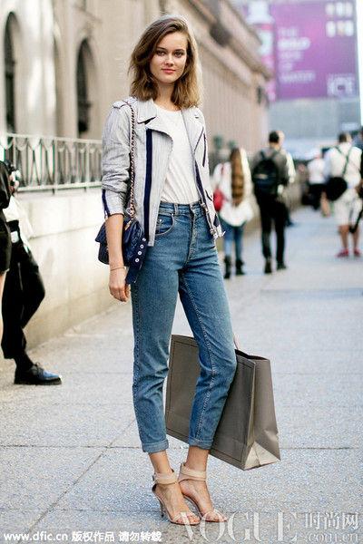 超模Jac给白T恤和仔裤搭上一件皮质夹克