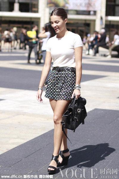 白T恤与超短裙:清新简单洋溢