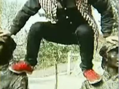 男子爬女红军雕像头顶拍照 被列游客黑名单10年