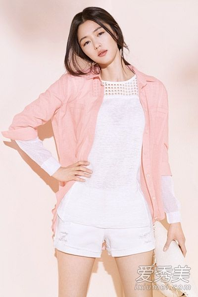 白色T恤+白色短裤+粉红色衬衫,很清新甜美
