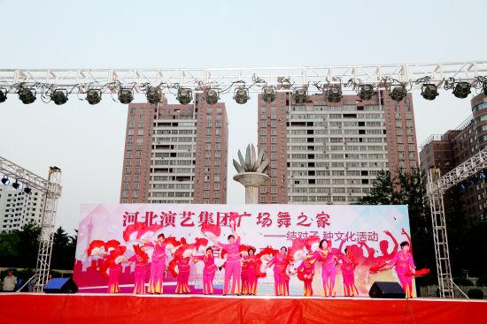 4组经过专业指导、训练的广场舞队现场演出,引来阵阵喝彩