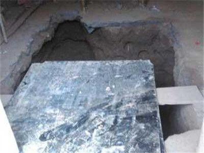 男子掘地三尺寻亡妻存款 在客厅挖出地下室