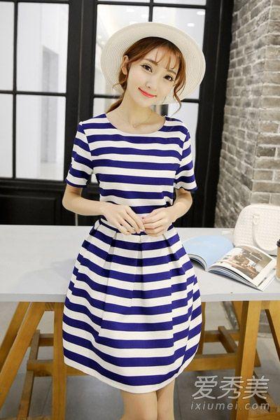 清新的白色和靓丽的宝蓝色搭配典雅时尚